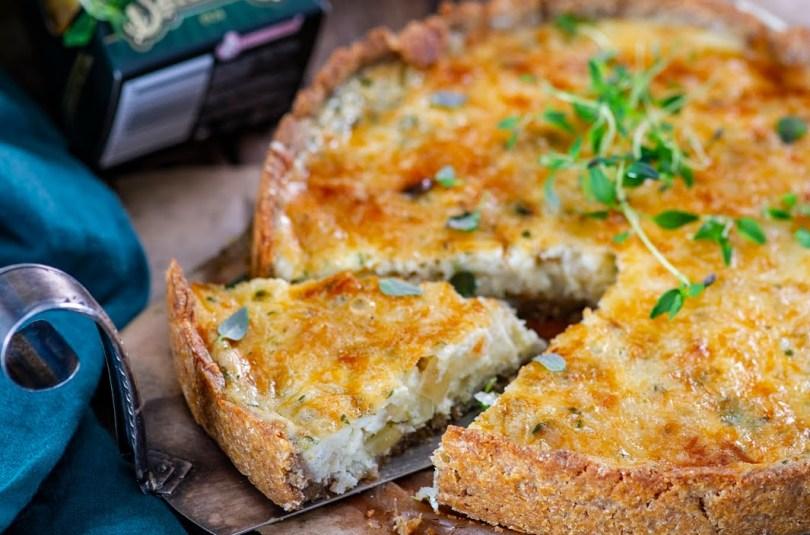 Ohtra juustuga sibulapirukas kartuli-muretaina põhjal
