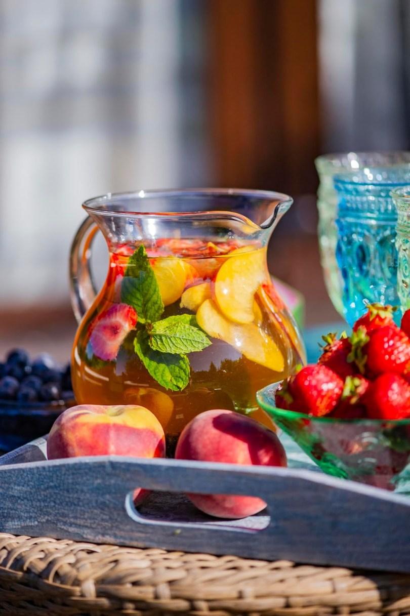 Rohelise tee, sidrunheina ja granaatõunaga jäätee virsiku ja marjadega