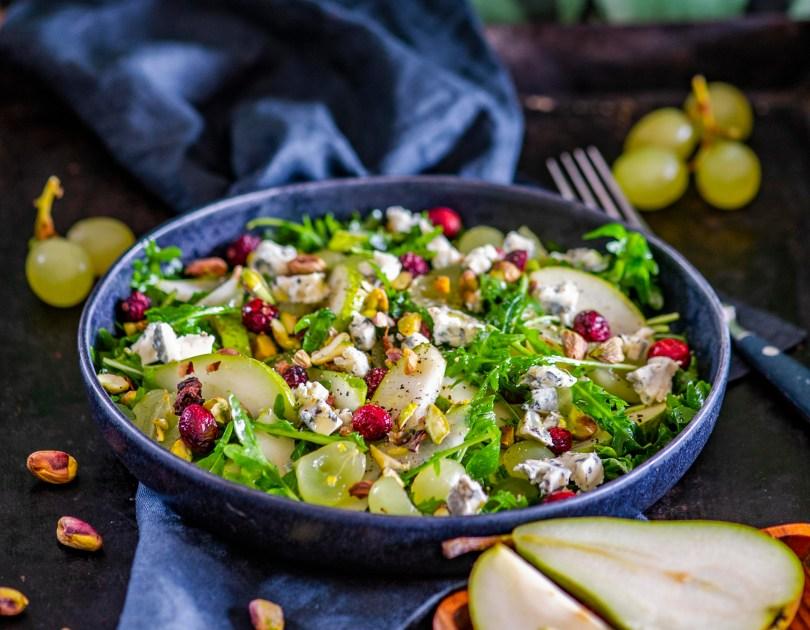 Vitamiinipommist salat pirni, viinamarjade, pistaatsiapähkli ja sinihallitusjuustuga