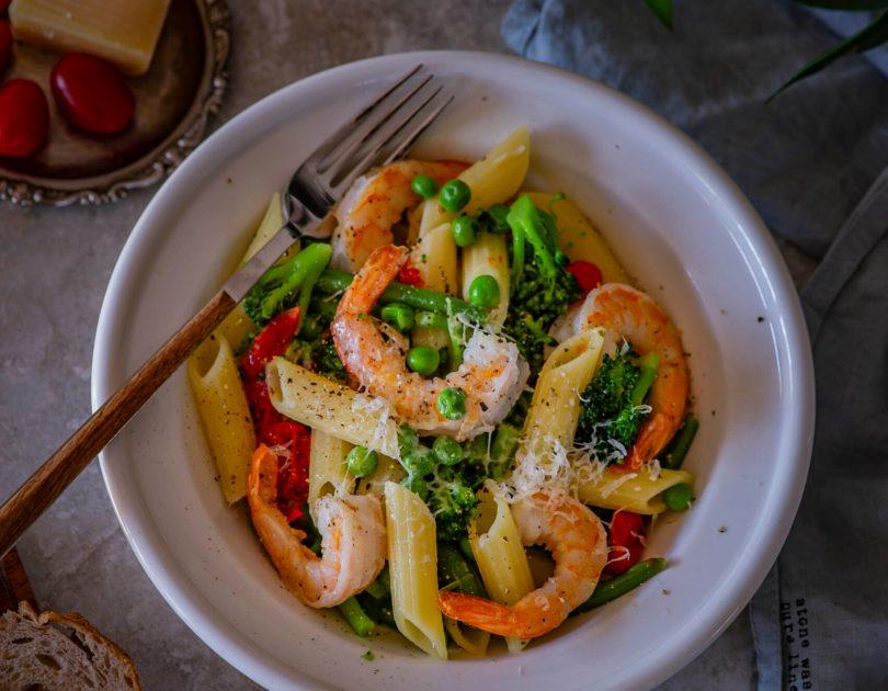 Ühe poti pasta krevettide, brokoli, roheliste herneste ja ubadega