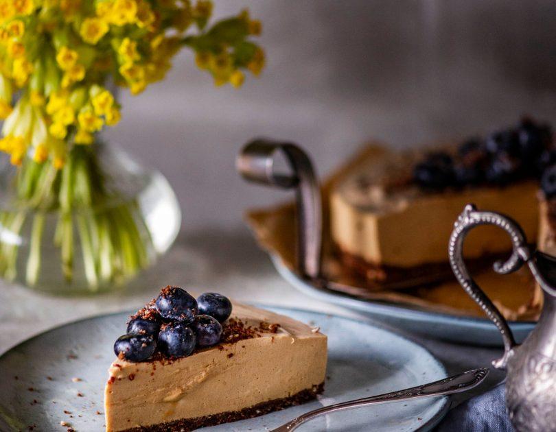 Mesine koorekohvi-maitseline küpsetamata tort emadepäevaks