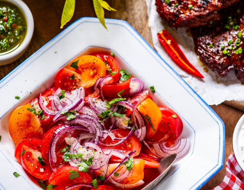 Tomati sibula salat ja ameerikapärane kartulisalat. Grillitud liha kaaslased