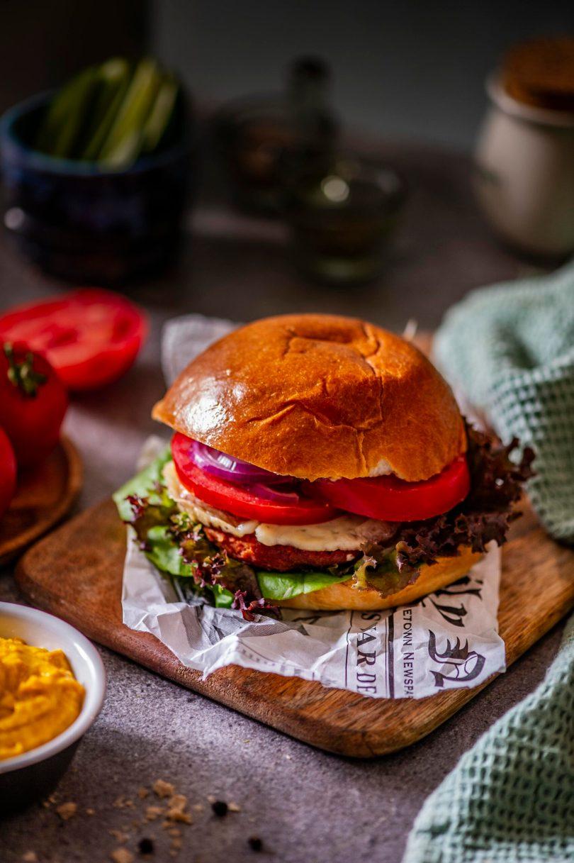 Toekas hamburger taimse pihvi ja hummusega