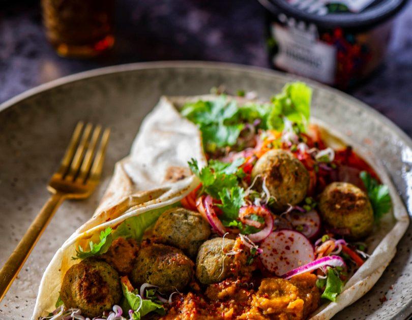Lavaširull falafeli, hummuse ja kiirmarineeritud mesiste köögiviljadega