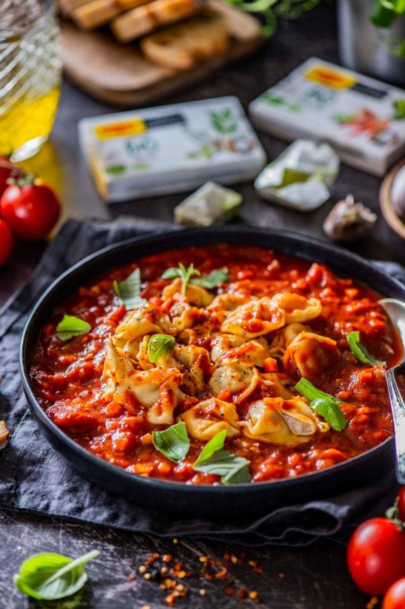 Tortellinid maitseküllases tomatikastmes