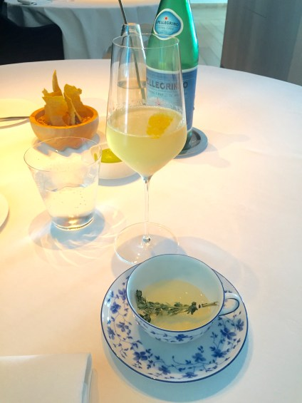 Thee van tomaat met citroentijm. Champagne - gin - citroen. Kroepoek van quinoa - crème van groene kruiden.