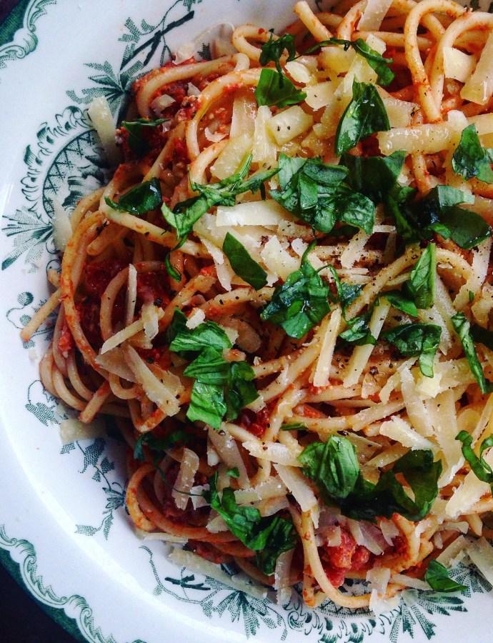Snabblagad spaghetti med tomat- och fetaostsås
