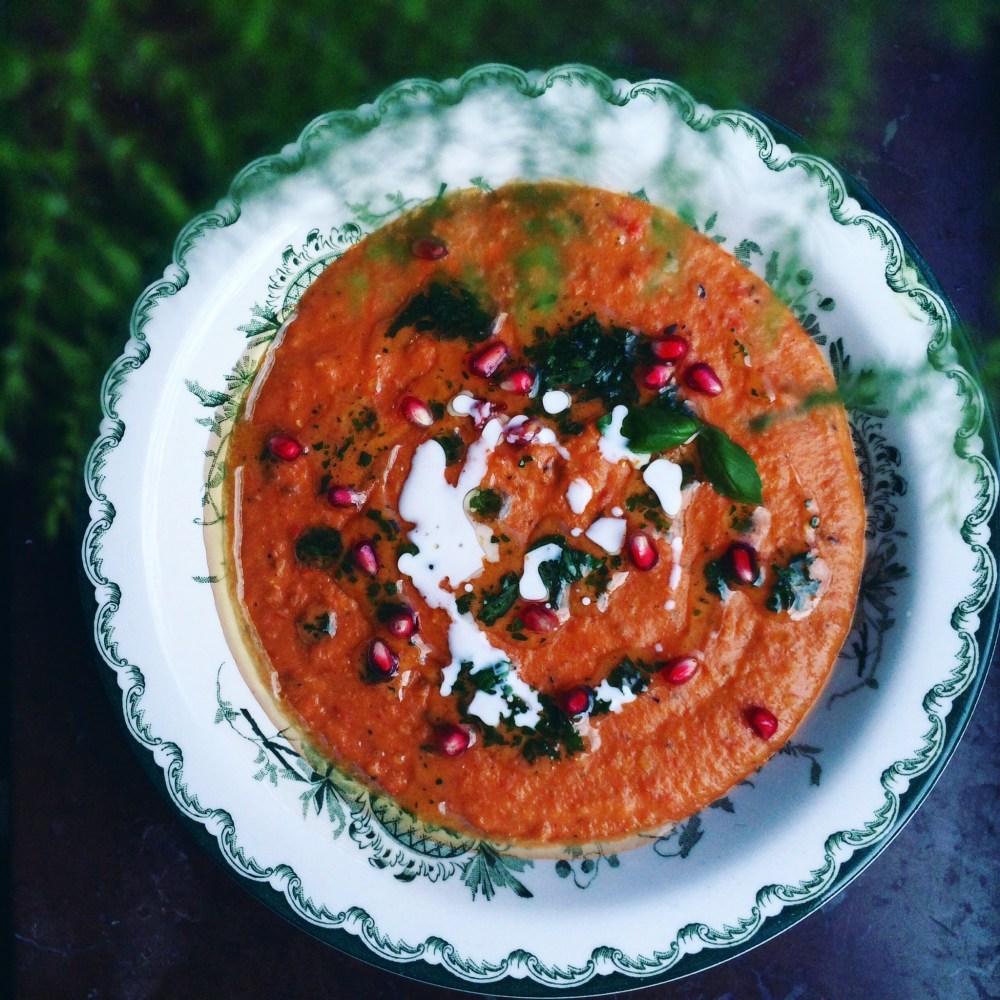 krämig vegansk tomatsoppa med röda linser, havregrädde, granatäpple och basilikaolja