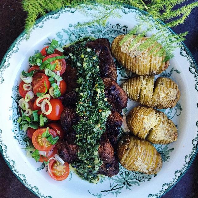 Dubbelmarinerade vegofiléer med chimichurri, hasselbackspotatis och tomatsallad
