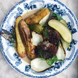 veganska bönbiffar med rostad potatis, vegansk gräddsås och sotad lök. Vegansk husmanskost.