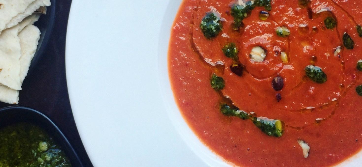Paprika- och tomatsoppa med ruccolapesto och hasselnöt