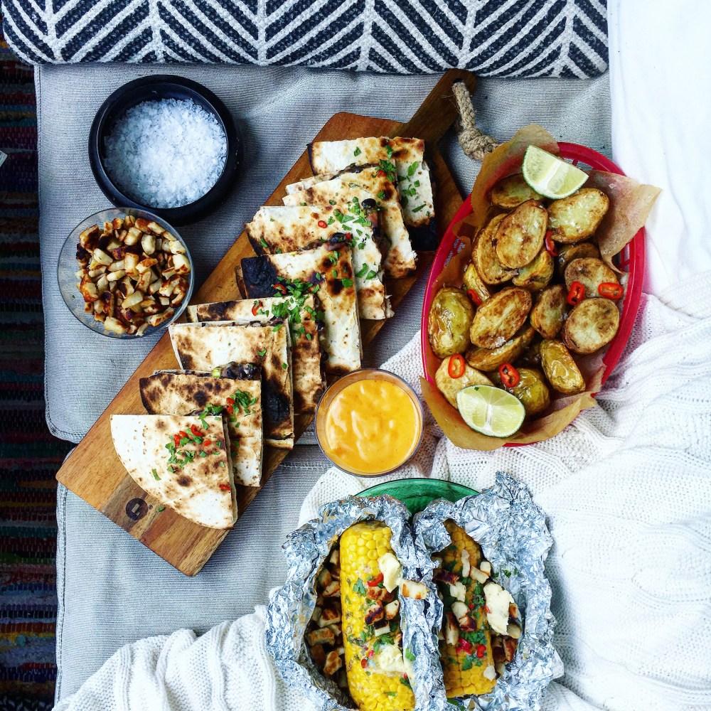 Vegetarisk plockmat med quesadillas med rostad potatis och grillad majskolv med limesmör