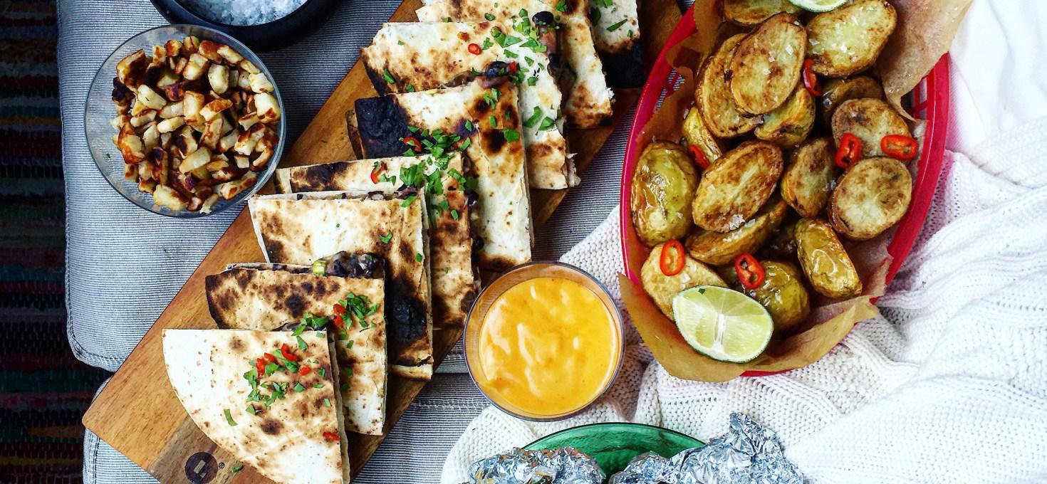 Mexikansk BBQ: Grillade bönquesadillas, majskolvar med vispat limesmör, srirachamayo och rostad potatis