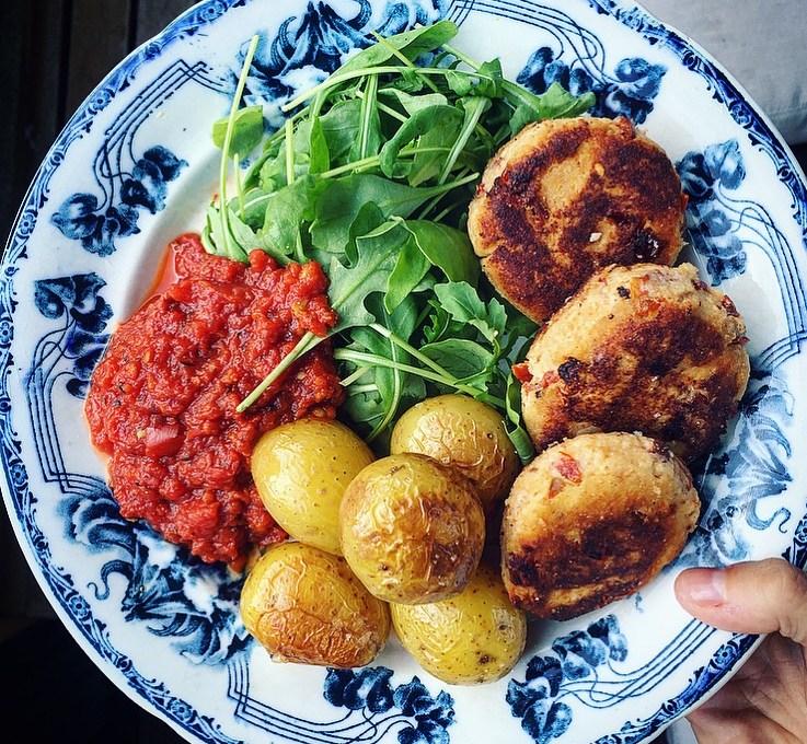 Ricottabiffar med soltorkad tomat, rostad potatis & citrondressad ruccolasallad