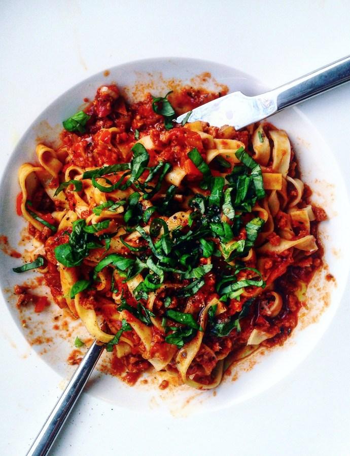 Vegansk pasta bolognese med soltorkad tomat, rotfrukter och örter