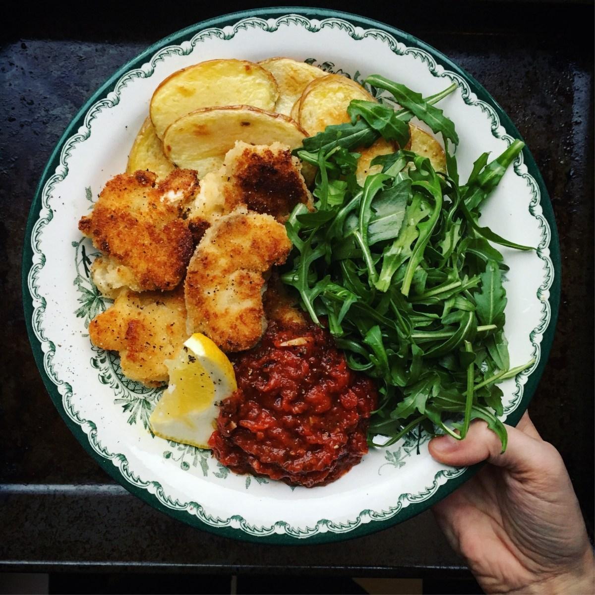 gruyèrepanerade blomkålsnuggets a la milanese med kryddig tomatsås, citrondressad ruccolasallad och rostad potatis