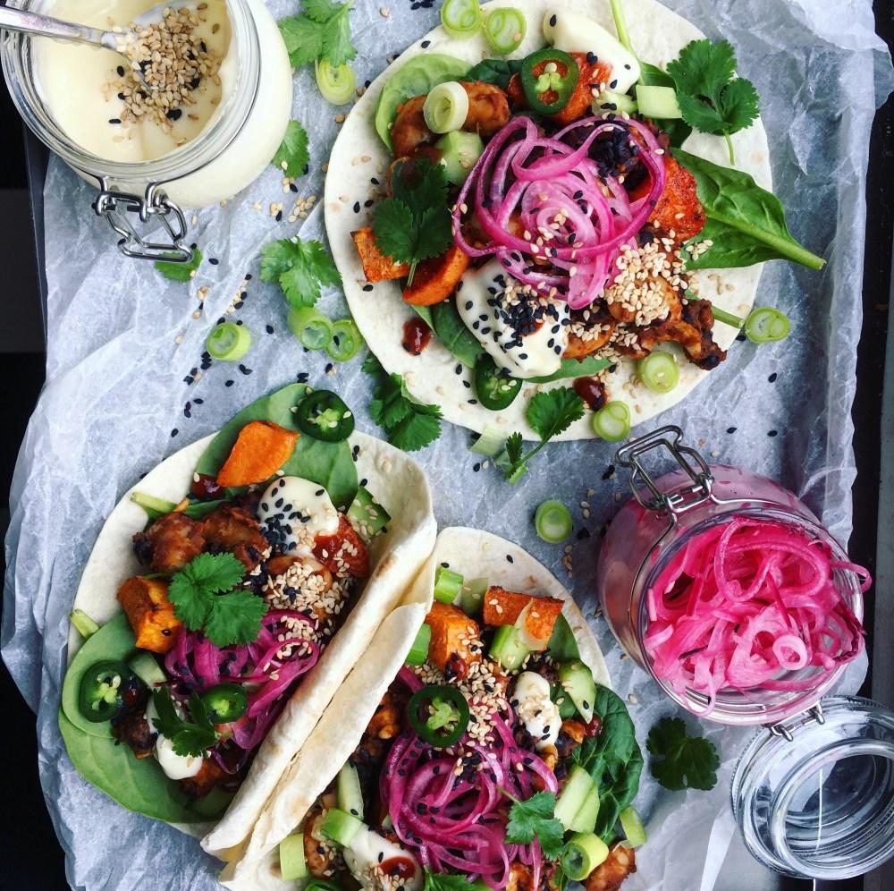 vegan tacos med bönröra med cashewnötter, sesammajonnäs, syrad rödlök, rökig rostad sötpotatis