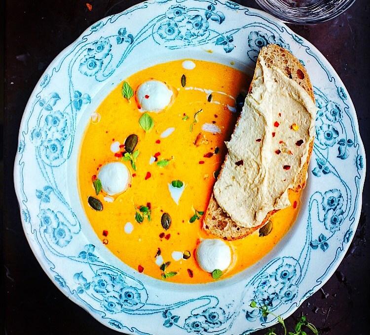 Rostad morotssoppa med harissa, pumpafrön och yoghurtbollar