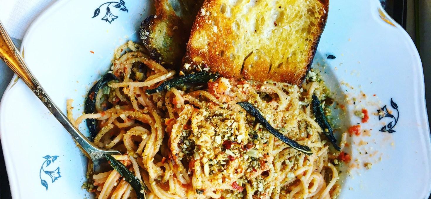 3 veganska grejer att toppa din pasta med: fröparmesan, friterad kapris och knaperstekt brödsmul