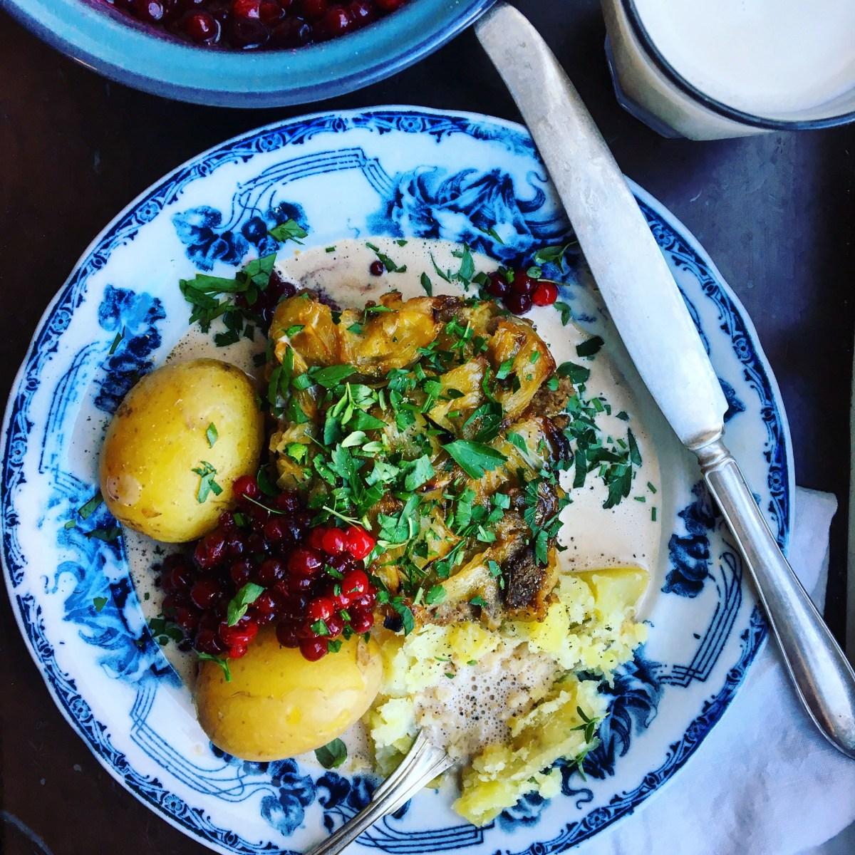 vegetarisk kålpudding med kantarellfondsås, rårörda lingon och kokt färskpotatis