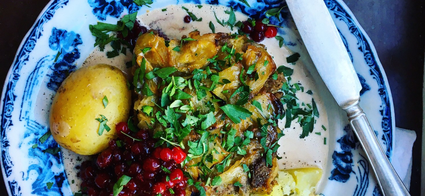 Kålpudding med kantarellfondsås, rårörda lingon och kokt potatis