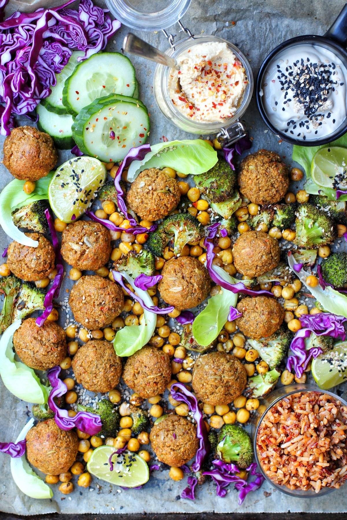 vegansk wrap med quinoabollar, rostad broccoli, kikärtor, sojamajonnäs, jordnötshuummus, rödkål och gurka
