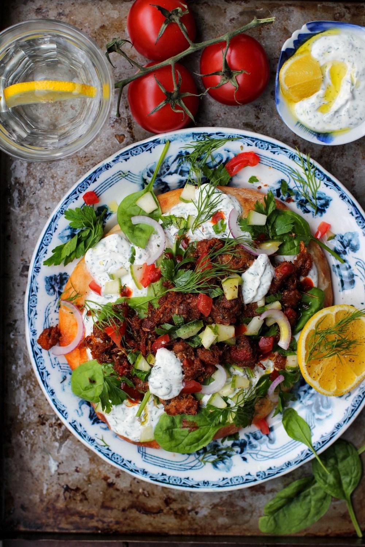 vegetariska gyros på pulled oats med dill- och citronyoghurt, grönt och rödlök