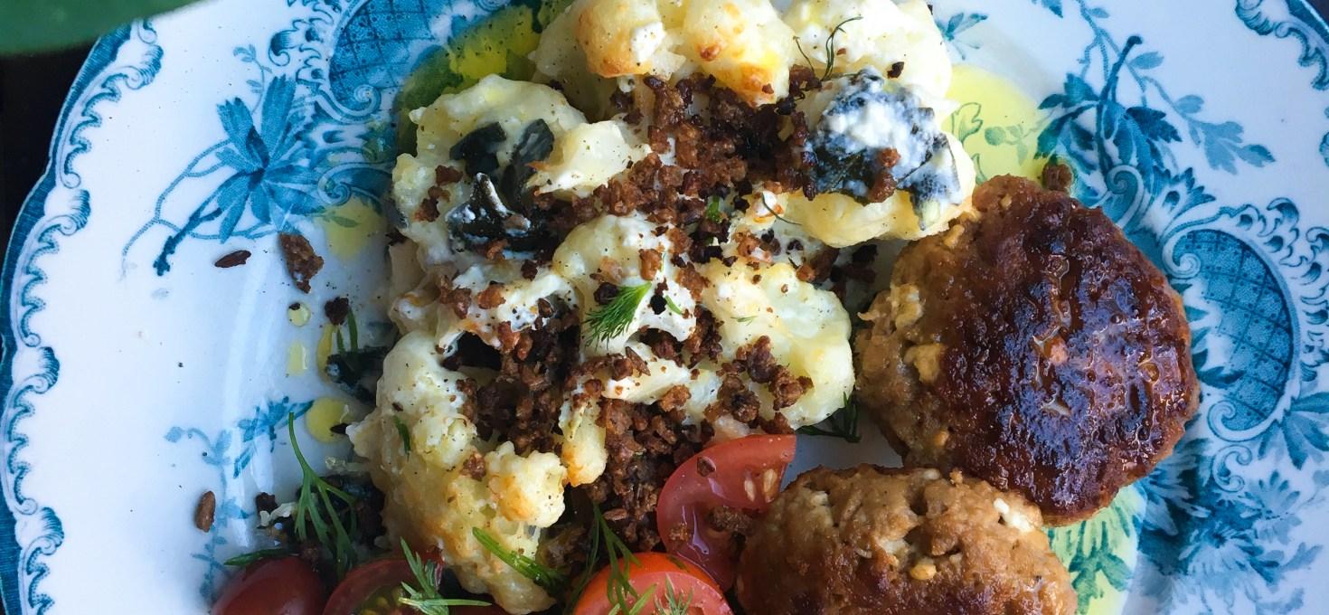 Blomkålsgratäng med salvia och lagrad ost med tomatsallad och snabba färsbiffar