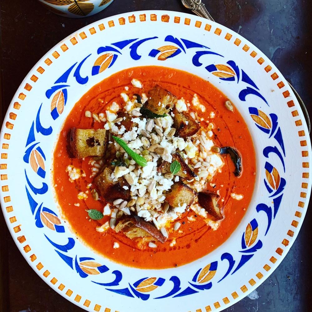 italiensk tomatsoppa soffritto med salviakrutonger och grynblandning