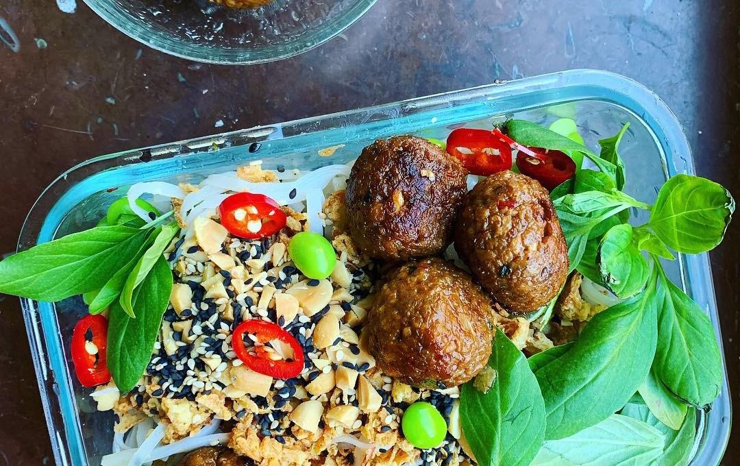 Gröna matlådor: Enkla, veganska vegobollar med örter och risnudelsallad