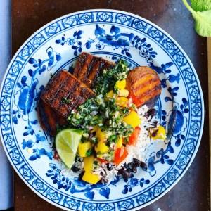 jamaican jerk BBQ vegansk grillning tillbehör med sauce chien, mangosalsa, sötpotatis och ris med bönor