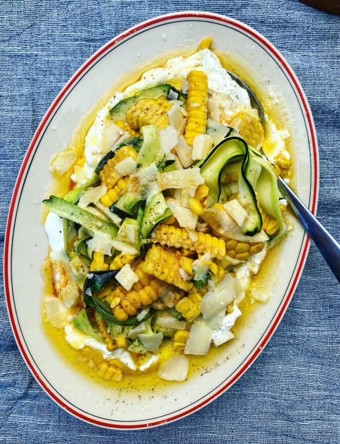 Sensommarens bästa tillbehör: yoghurt med zucchini, majs och brynt citronsmör