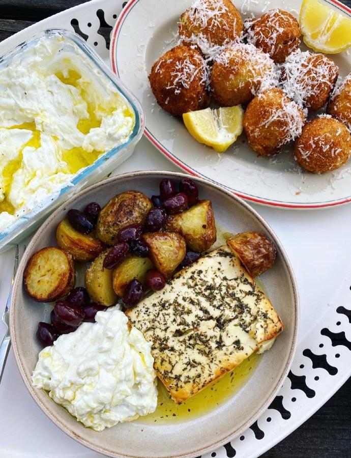 Zucchini- och fetakroketter! Bakad fetaost med potatis och oliver! Äppletzatsiki!