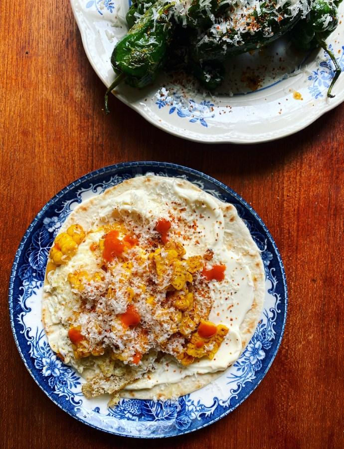 Taco med stekt ägg, majs och parmesan