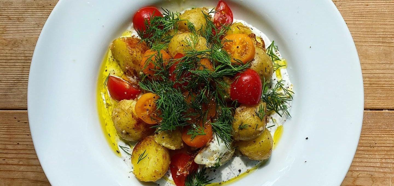 Sommarens kanske snabbaste lunchrätt: Stekt potatis, ägg, tomat och örtig yoghurtsås