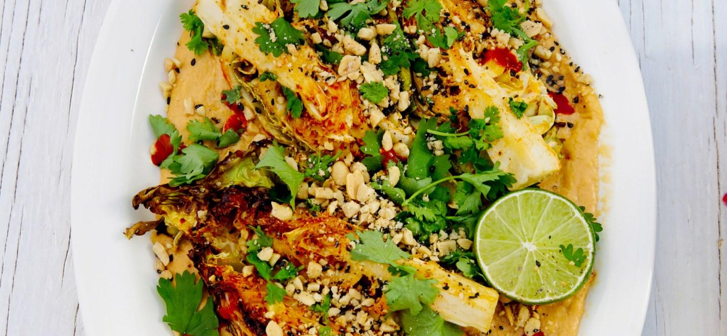 Grillad spetskål med jordnötssås, koriander och lime