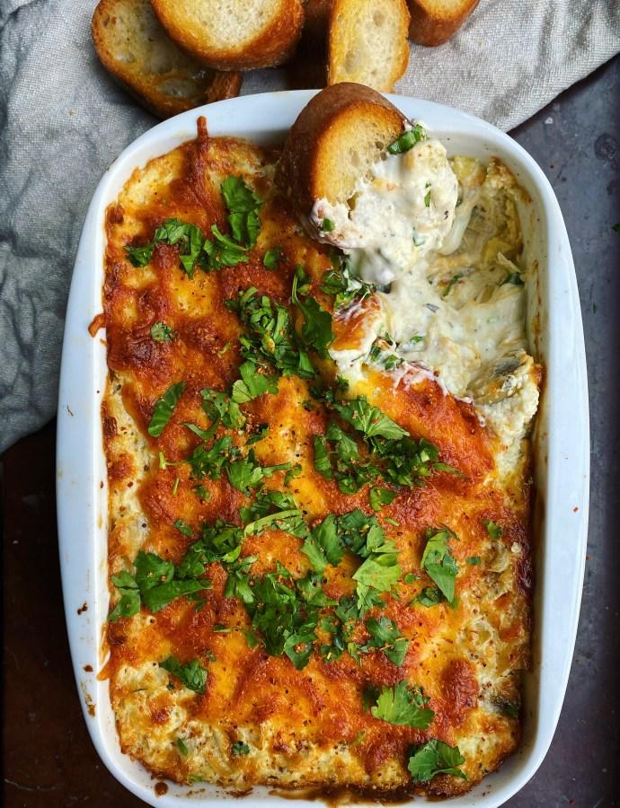 Varm kronärtskocksdipp med mozzarella, cheddar och jalapeños