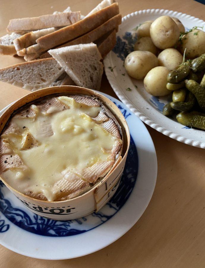 Hur man tillagar en Mont D'or-ost och vad man kan servera till