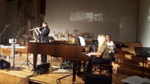 Raksta autore Aija Volka (pie klavierēm) izpilda dziesmas kopā ar Ievu (flauta) no luterāņu draudzes un Veltu (ģitāra) no katoļu draudzes. Foto: Otto Ozols