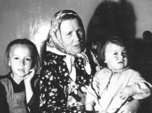 Autore Vizma, omamma un Vizmas māsa Lāsma omammai klēpī. Foto Vizmas no personīgā arhīva