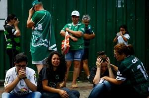 brazil-navijaci-odali-pocast-nesretno-stradalim-fudbalerima-chapecoensea012