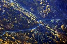 """Bayburt, Turska - 23. oktobar 2017: Opasni putevi širom svijeta nisu nepoznanica, a put Derebasi, smješten na planinskom podruèju na turskoj obali Crnog mora, jedna je od omiljenih destinacija avanturista iz cijelog svijeta. Ovu dionicu preko planine Soganli, što spaja Trabzon i Bayburt, prije dvije godine portal """"www.dangerousroads.org"""", koji se bavi promocijom opasnih i zahtjevnih puteva širom svijeta, proglasio je """"najopasnijim putem na svijetu"""". ( Ali Ihsan Öztürk - Anadolu Agency )"""