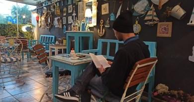 Skandalozno: Mladić u kafiću čitao knjigu