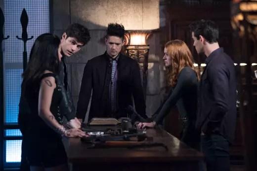 Team Huddle - Shadowhunters Season 3 Episode 7