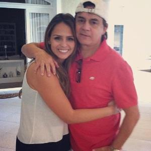 Aline Lima posa com o pai, o sertanejo Chitãozinho (agosto/2012)
