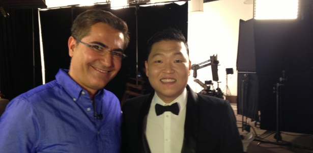 13.jan.2013 - Hélter Duarte e o cantor coreano Psy