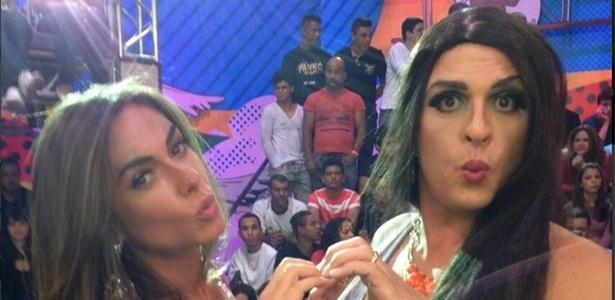 """Nicole Bahls retorna ao """"Pânico"""" e posa ao lado do humorista Ceará"""