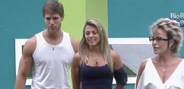 Jonas e Fabiana recebem ajuda de Ana Maria Braga nas compras (19/3/12)