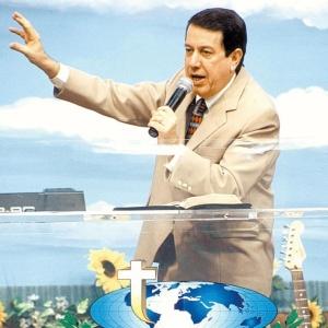R.R. Soares, líder da Igreja Internacional da Graça de Deus, durante culto