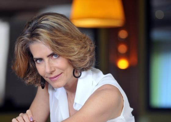 Stela (Maitê Proença) vai reencontrar o amante Agnello (Daniela de Oliveira) em sua casa: o rapaz está agora namorando a filha de Stela, a jovem Lorena (ammy  Di Calafiori)